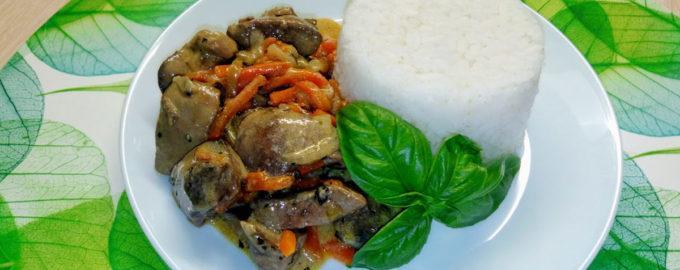 Печень куриная тушеная с овощами в сметане