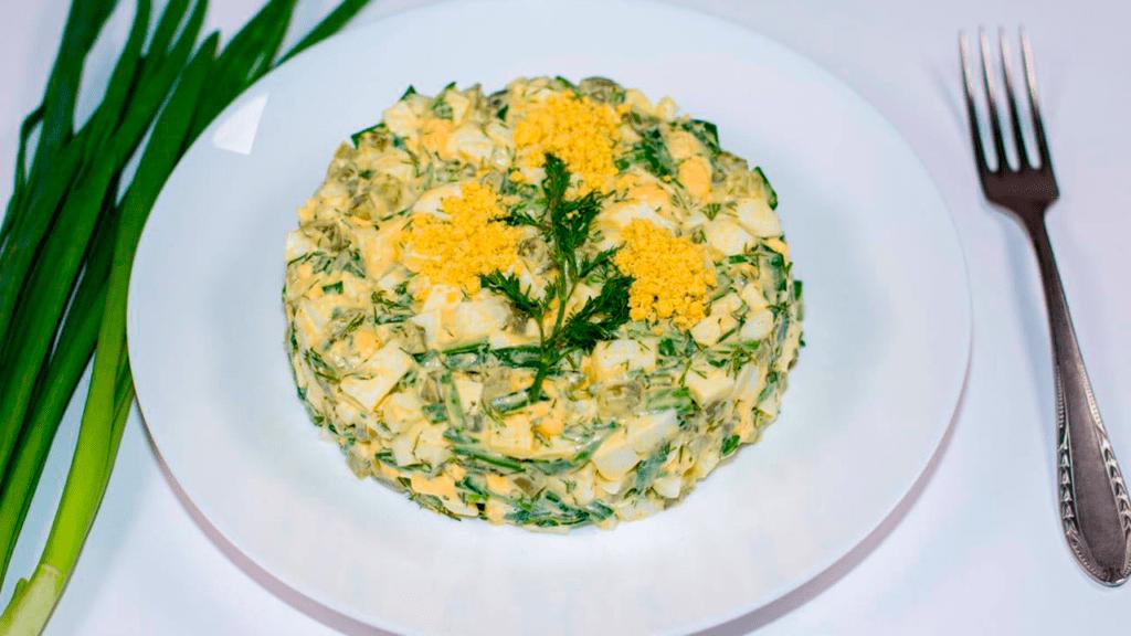 Салат с яйцами и зеленым луком