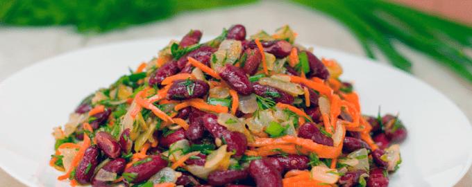 Салат из консервированной фасоли с луком и морковью