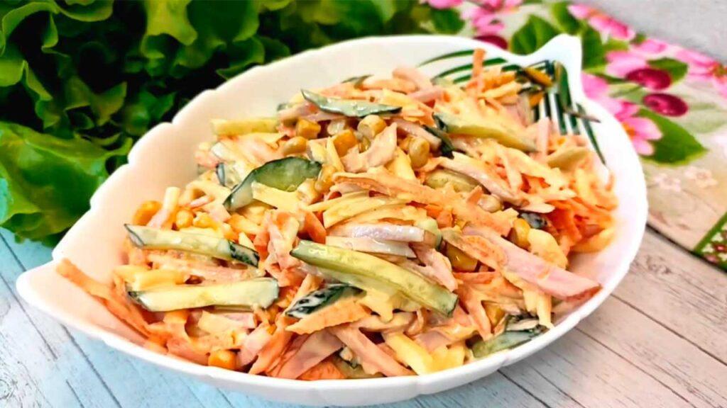Быстрый салат с ветчиной и кукурузой